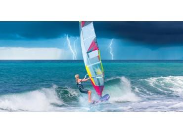 Tipi di vele da windsurf: i materiali più adatti al tuo stile e alla tua esperienza